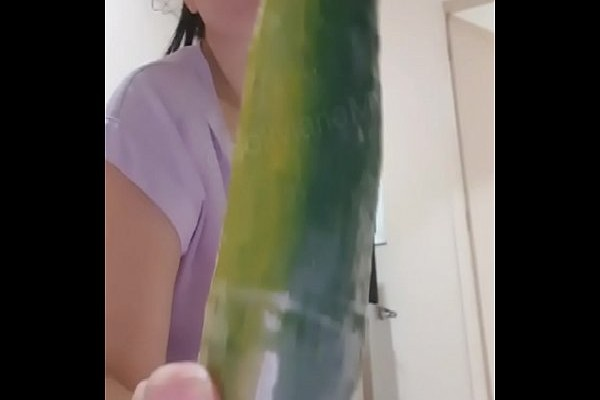 Amadora safadinha enfiando o pepino no cú