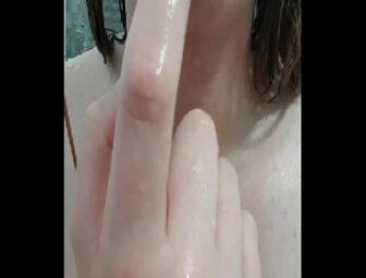 Caiu na net branquinha safada e fogosa  tomando banho