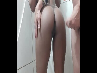 Moreninha linda da bucetinha  apertada transando no banho